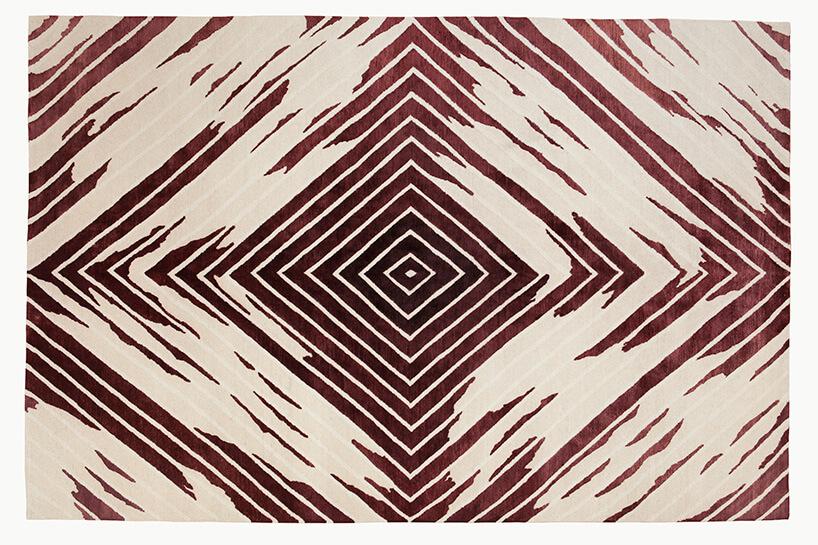 dwu kolorowy dywan zmotywem rombów