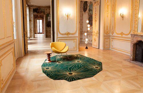 zielony dywan w bogatto zdobionym pokoju