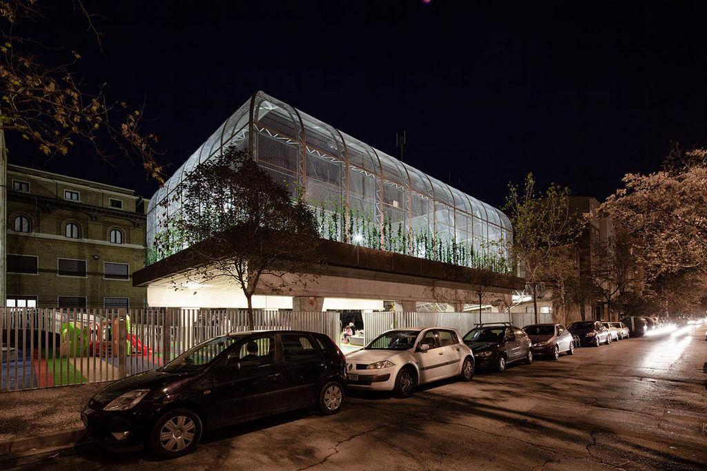 szklane pomieszczenie wcentrum miasta