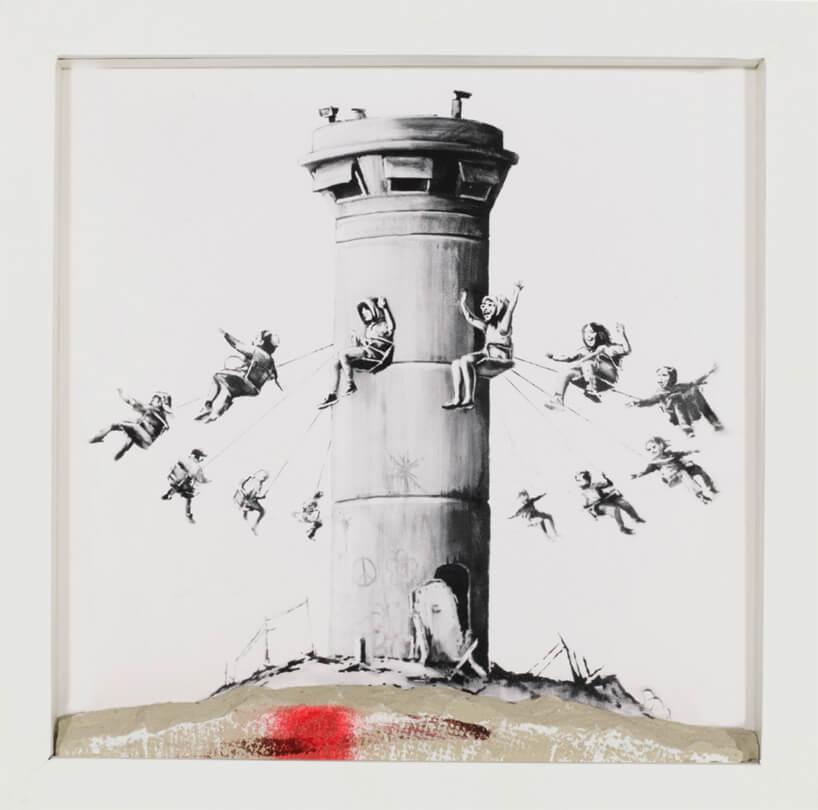 szara grafika zkaruzelom wokół wieży