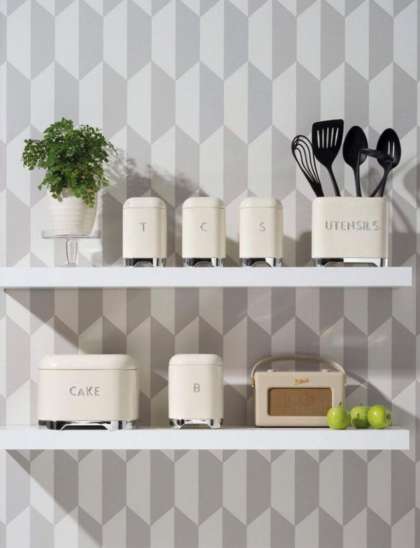 pojemniki kuchenne Kitchen Craftna dwóch białych półkach wiszących