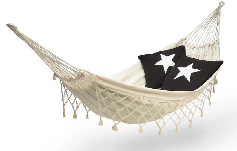 beżowy hamak wiszący iczarna poduszka zbiałą gwiazdą