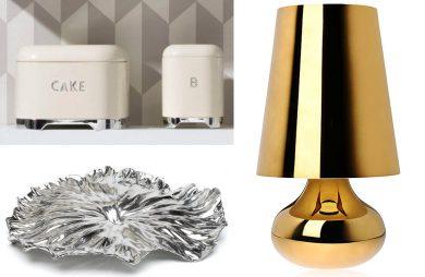 srebrna patera obok pojemników i złotej lampy na szafkę nocną