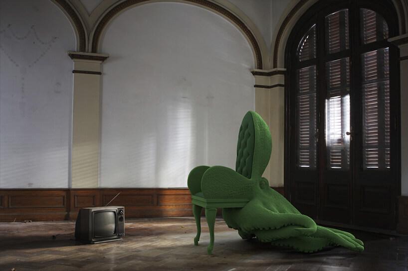 zielona modliżka wkształcie krzesła