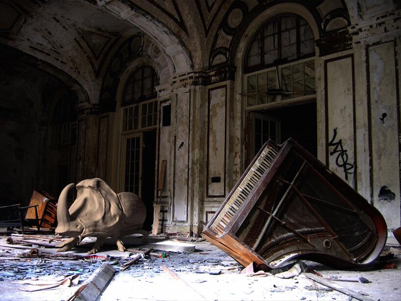 duży przewrócony fortepian wstarym opuszczonym pomieszczeniu