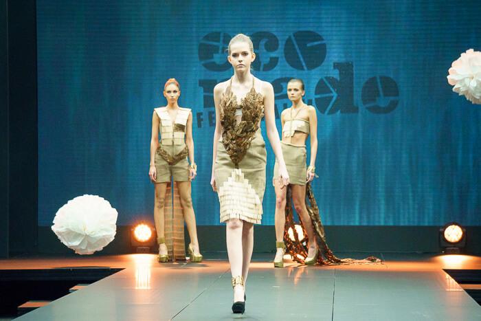trzy modelki na wybiegu wzielonych sukienkach