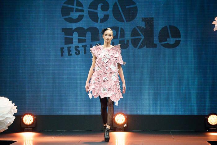 modelka na wybiegu wróżowej sukience