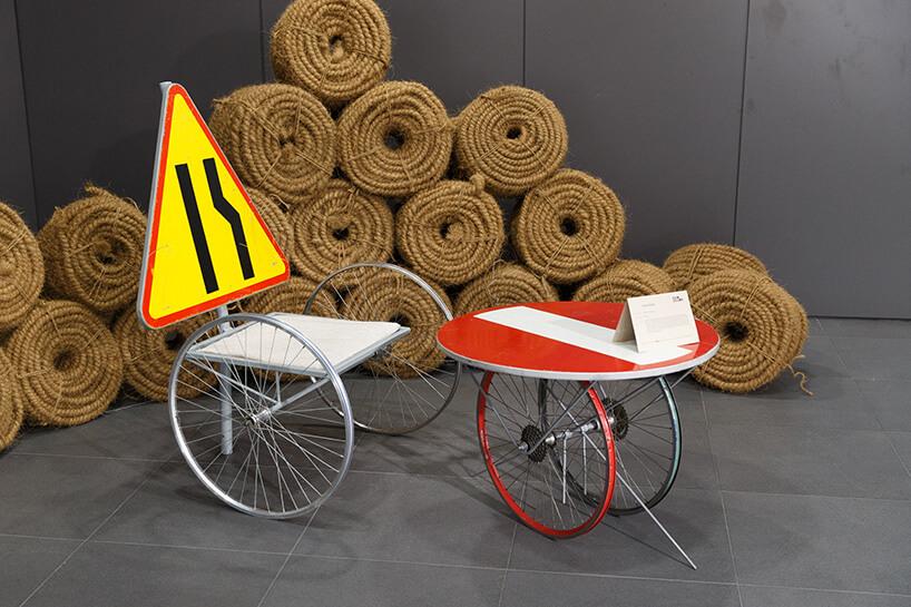 krzesło istolik ze starych znaków na starych kołach