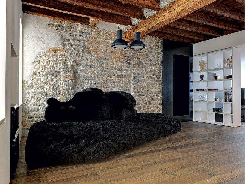 czarne łóżko wpokoju