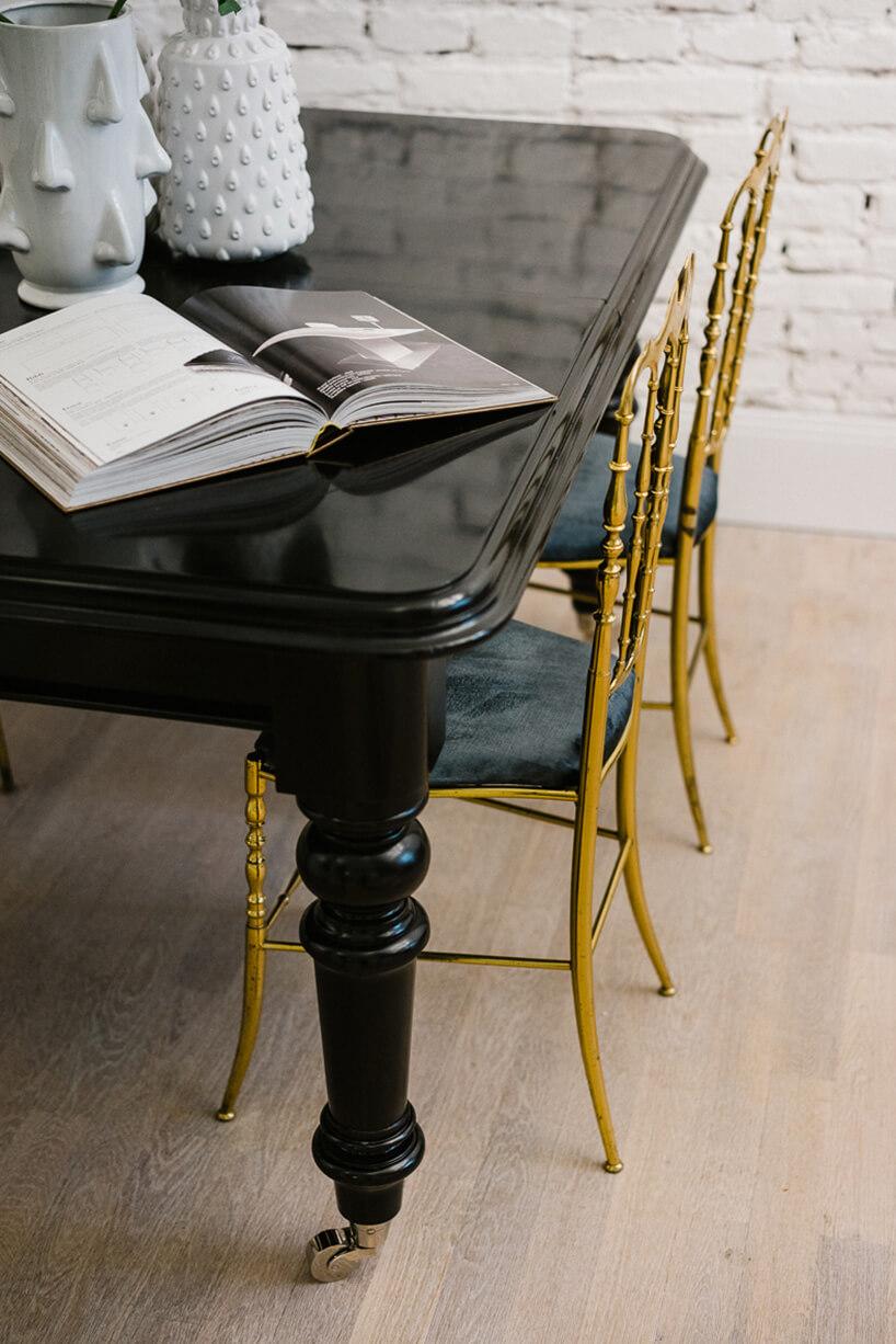 złote krzesła przy czarnym stole
