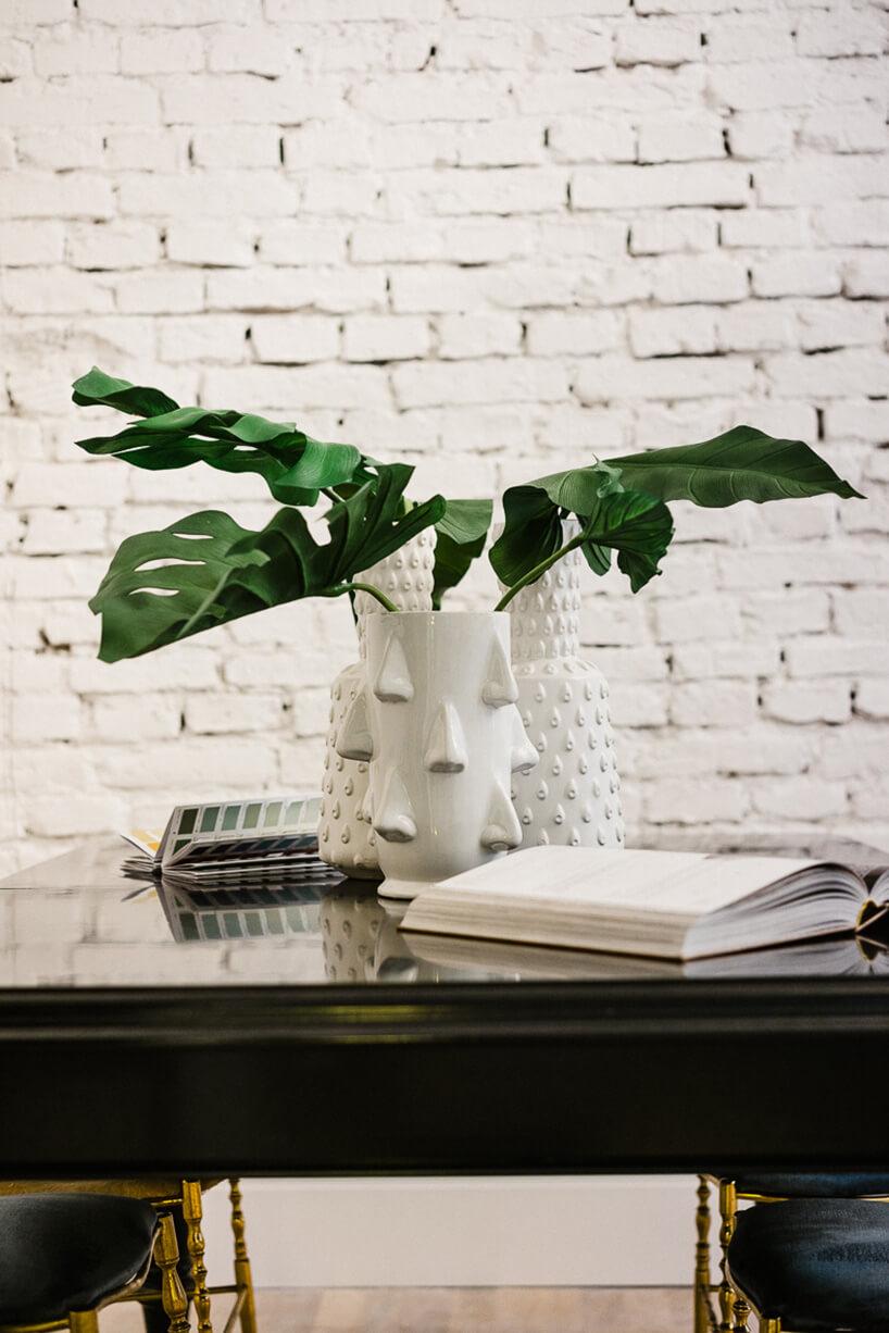 biały wazon na czarnym stole
