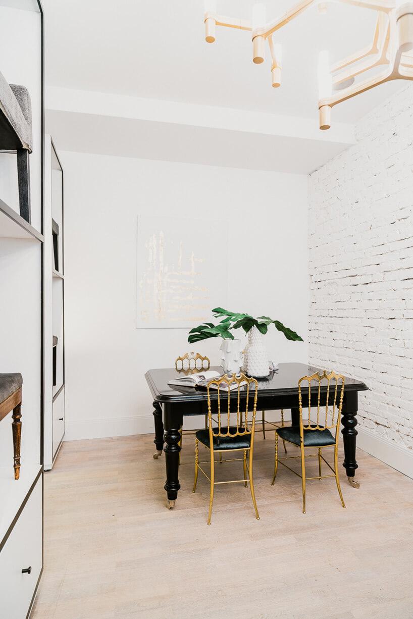 czarny stół ze złotymi krzesłami