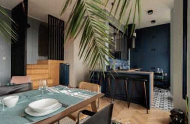 wnętrze salonu w drewnie oraz niebieskich barwach oraz starą drewnianą podłogą