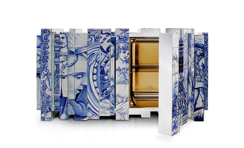 wyjątkowa komoda Heritage Blue Sideboard od Boca Do Lobo biała powierzchnia zniebieskimi rysunkami postaci zhistorii