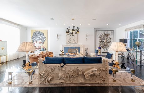 eklektyczne wnętrze apartamentu biały salon wyjątkowo sofą z niebieskim siedziskiem i beżowym wykończeniem z elementami ściennych wykończeń przestrzennych
