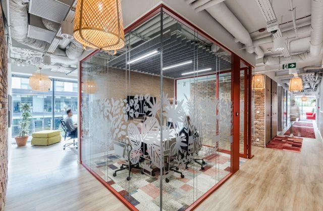 ekologiczne biuro od workplace solutions open space z drewnianą podłogą i przeszklonym boxem