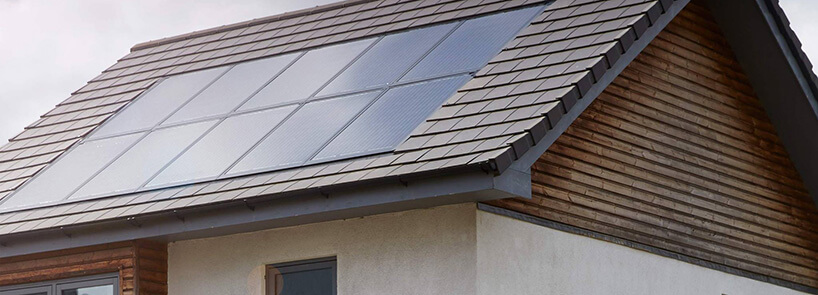 panele słoneczne na poziomie dachu