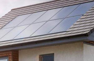 panele słoneczne zamontowane w dachu