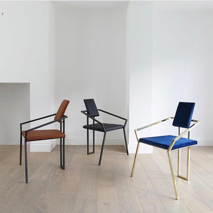 trzy krzesła wpustym pomieszczeniu