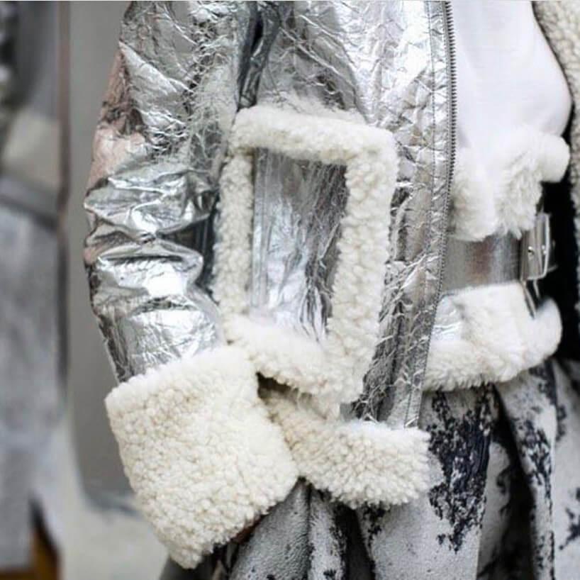 srebrna kurtka zbiały puszystym wykończeniem