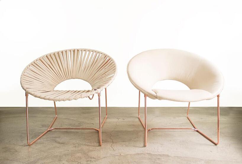 dwa beżowe krzesła