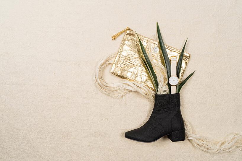 czarny but zwystającymi różnymi dodatkami