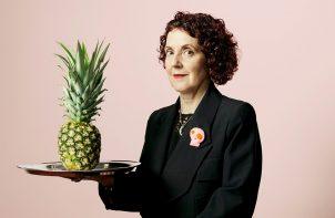 kobieta z ananasem w czarnej marynarce