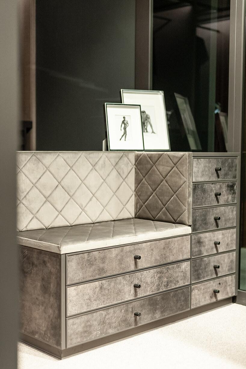 szare szuflady pod dużym lustrem weleganckiej garderobie ernestrust