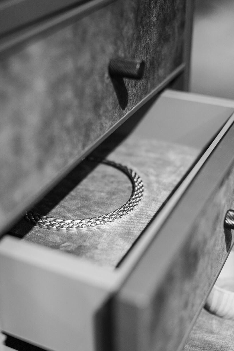 szare szufladki na biużuterie weleganckiej garderobie ernestrust