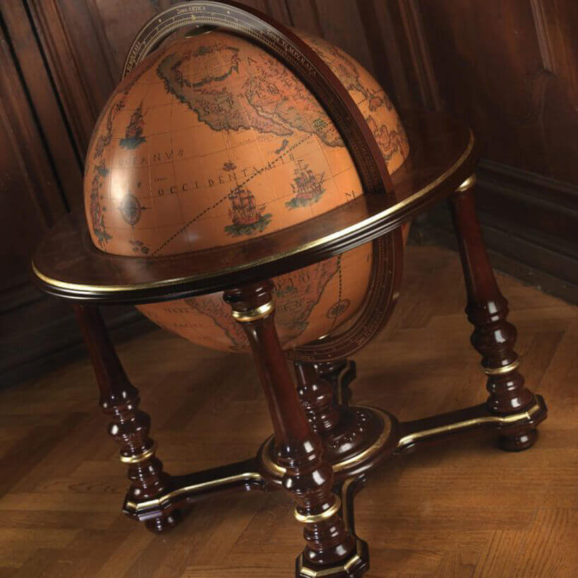 duży globus przerobiony na barek