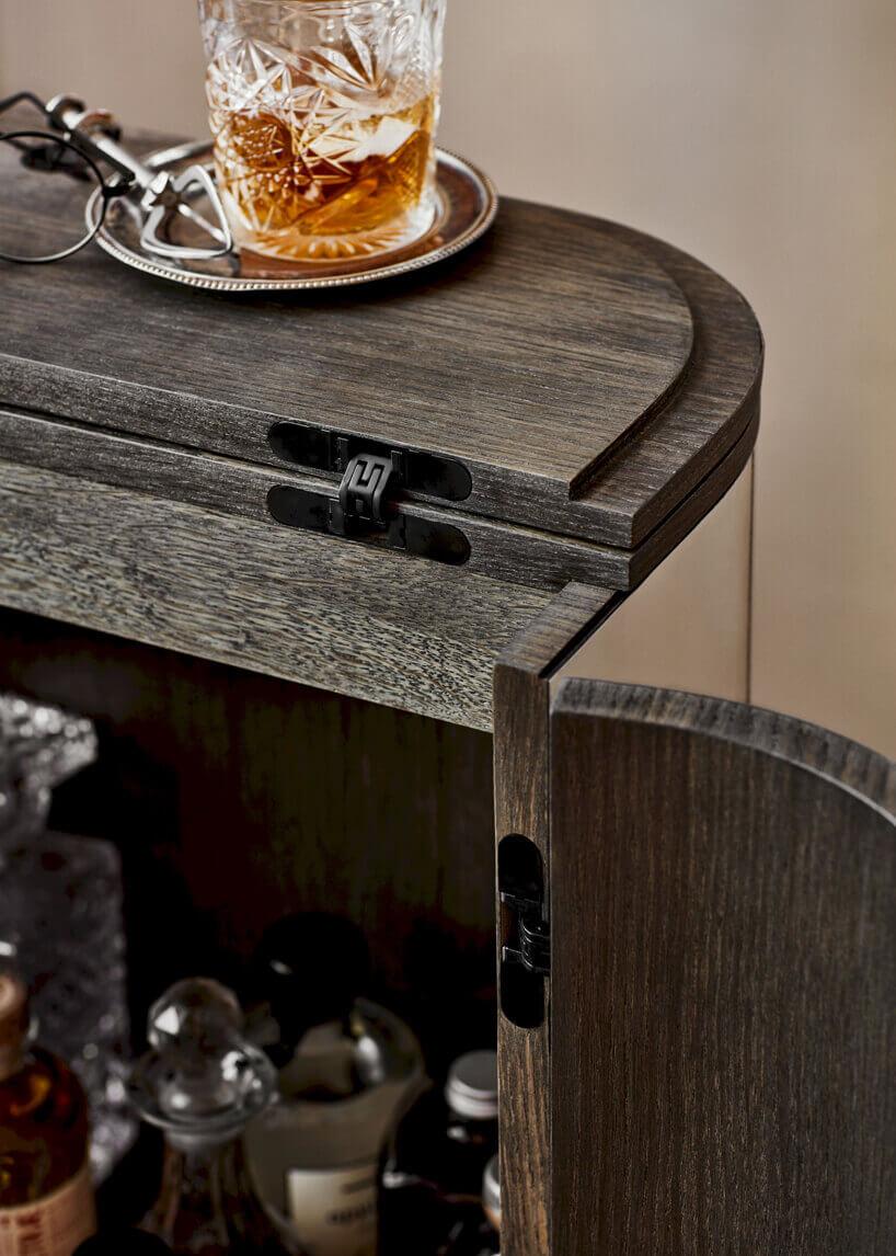 drewniany minibarek zzawiasami wmontowanymi wścianki