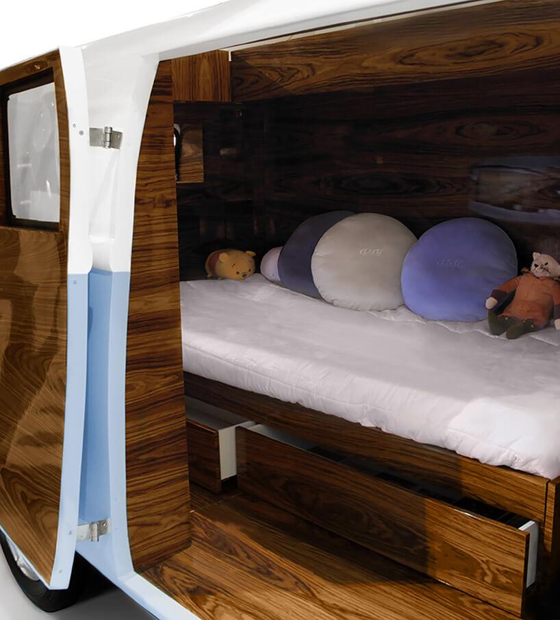 wnętrze niebieskiego samochodu jako łóżko dla dzieci