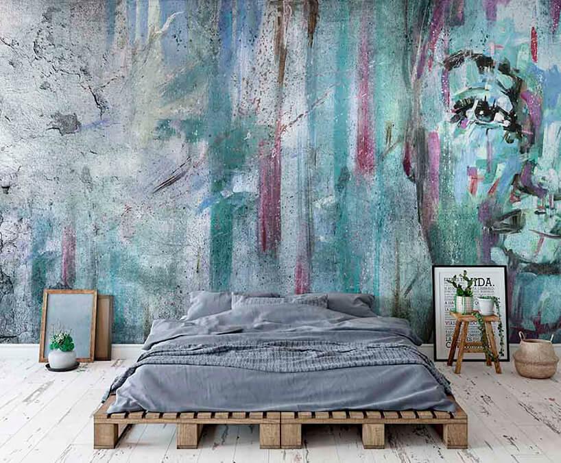 łóżko zpalet transportowych na tle tapety imitującej obraz