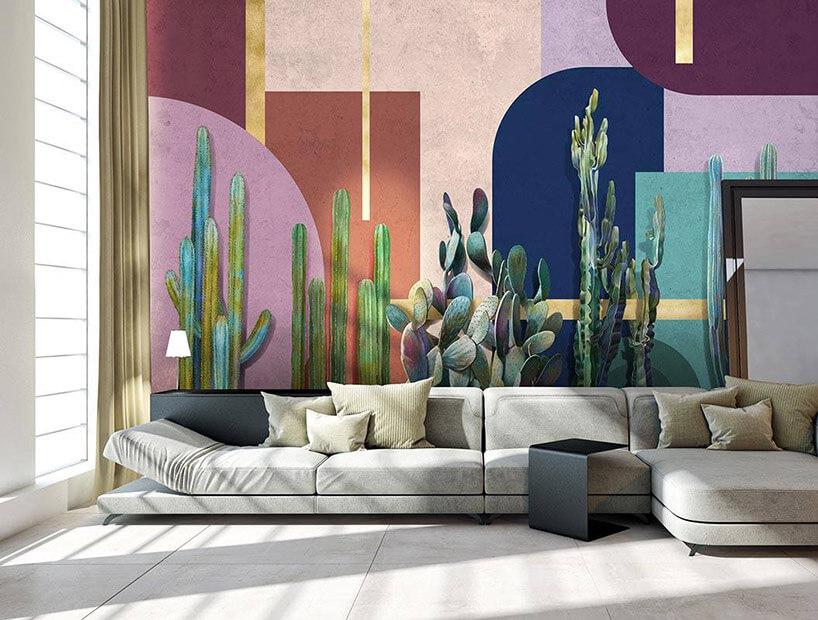 duża sofa na tle tapety kaktusami ifigurami geometrycznymi