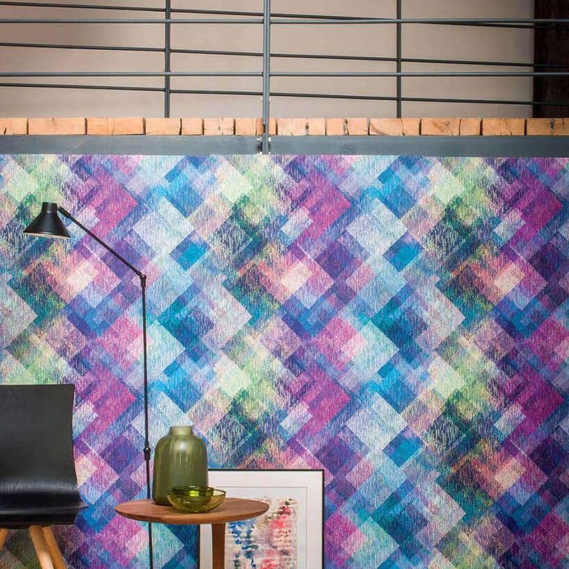 wielobarwna tapeta na ścianie pod antresolą