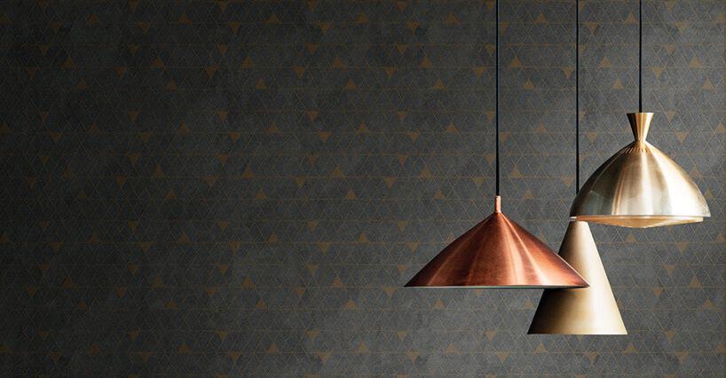 trzy metalowe lampy sufitowe na tle ciemnej ekskluzywnej tapety