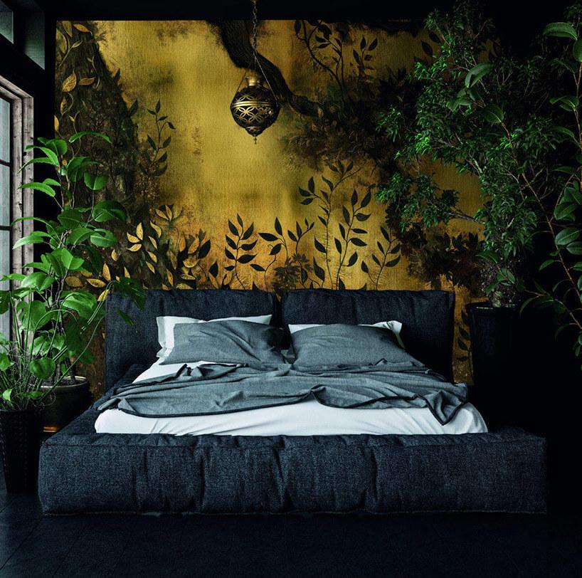 duże ciemne łóżko na tle czarno-żółtej tapety lasu