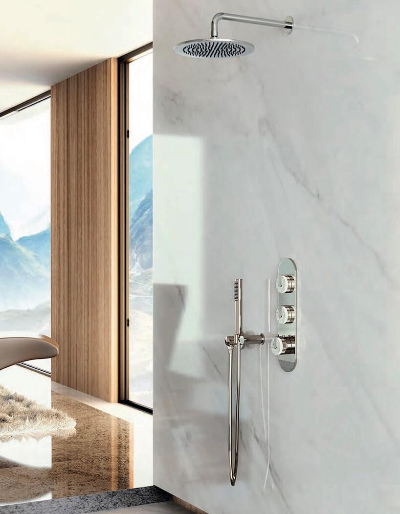 ekskluzywny zestaw prysznicowy od GRAFF linia MOD+ wbiałej kamiennej łazience