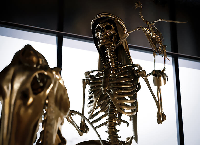luksusowe wnętrze apartamentu wDubaju od Covet House złoty szkielet człowieka ze złotym szkieletem ptaka
