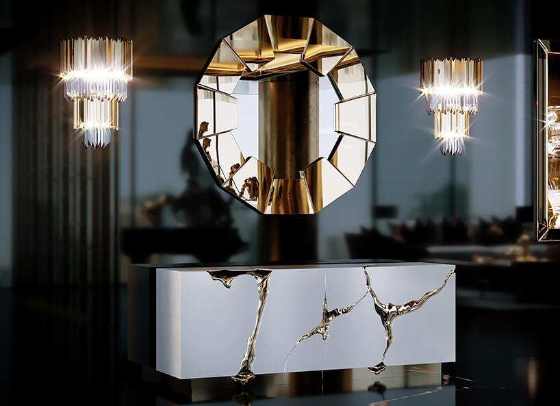 luksusowe wnętrze apartamentu wDubaju od Covet House piękne lustro ze złotych elementów na ramie na tle czarnej błyszczącej ściany