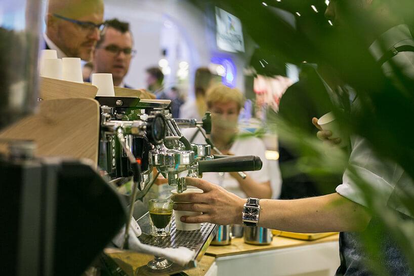zdjęcie ekspresu do kawy podczas zaparzania kawy zliśćmi kwiatka