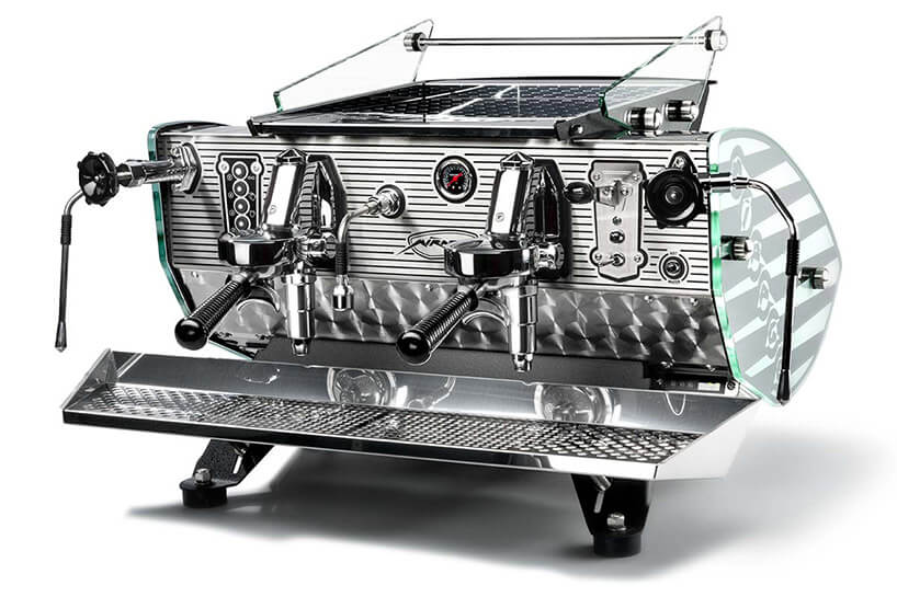 duży chromowany ekspres do kawy