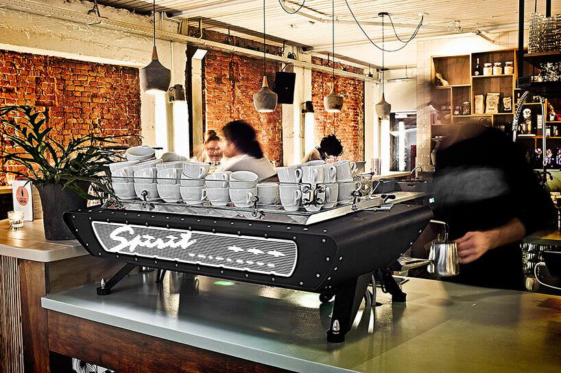 szary ekspres do kawy na blacie kawiarni
