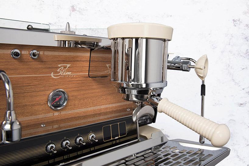 ekspres do kawy zfrontem drewnianym izbliżeniem na jeden pojemnikiem do zaparzania kawy
