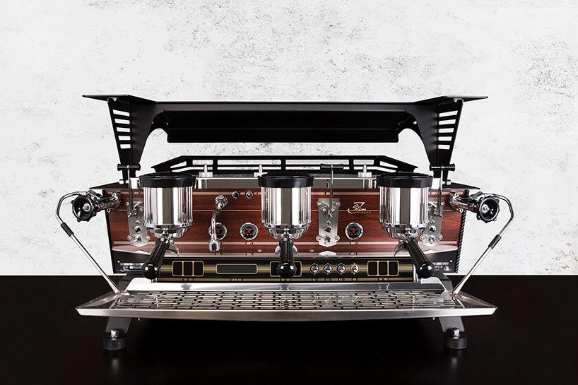 wysoki ekspres do kawy ztrzema zaparzaczami ipółką na filiżanki ugóry