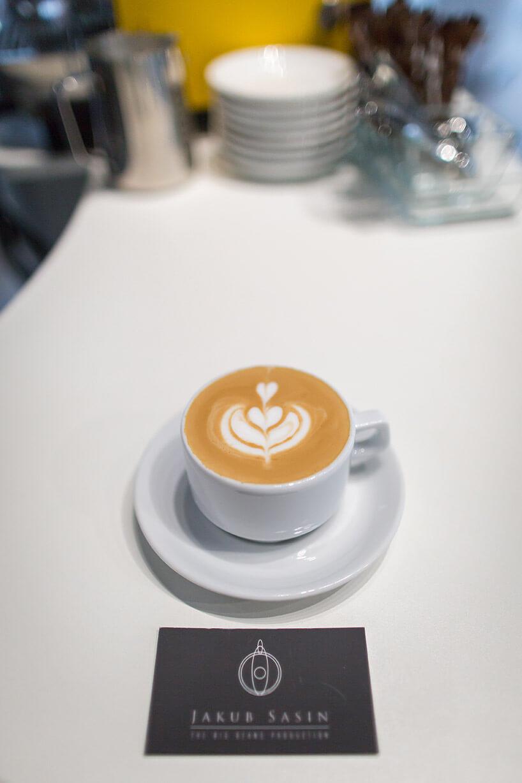 jednak kawa ze wzorem wfiliżance na białym stole