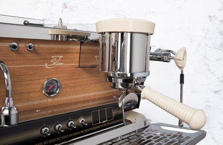 ekspres do kawy z frontem drewnianym i jednym pojemnikiem do zaparzania