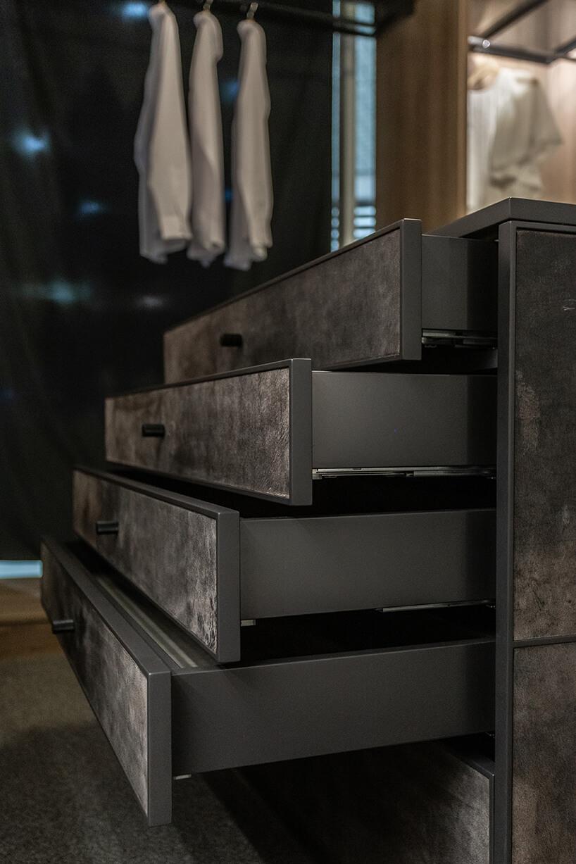 ciemne szuflady weleganckiej garderobie od ernestrust