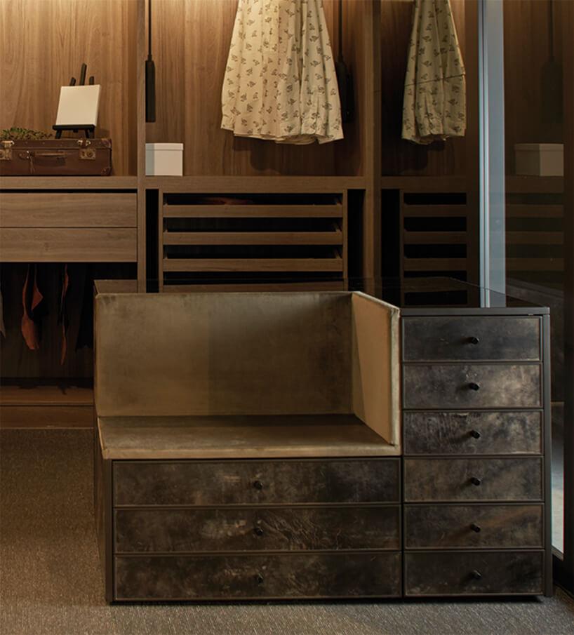wyjątkowe siedzisko zszufladami weleganckiej garderobie od ernestrust