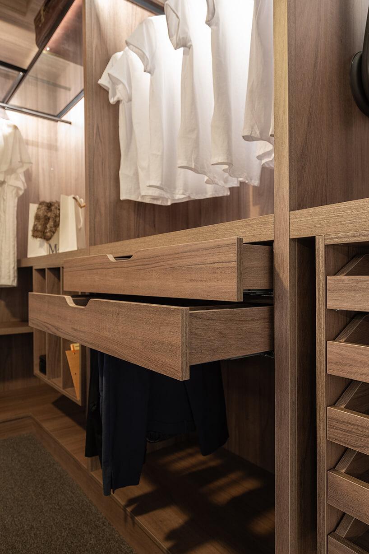 elegancka garderoba od ernestrust wysunięte jasno brązowe szuflady